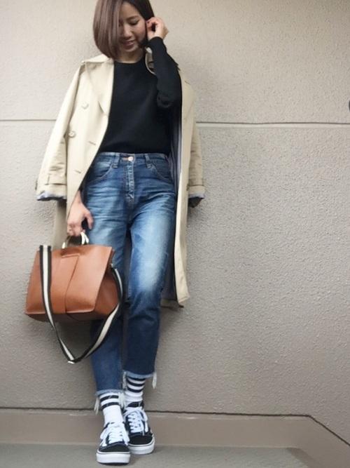 ブラウンのトートバッグはベルトのデザインがカジュアルなので、ONでもOFFでも使える万能アイテムになります。