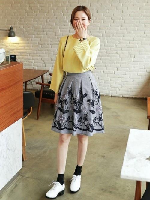 パステルイエローの春色ニットに花柄のフレアスカート。春だから合わせられる組み合わせですね。