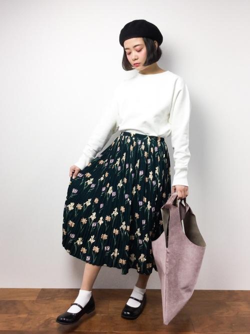 細かい花柄の入ったプリーツスカートはクラシカルなイメージ。ベレー帽やメリージェーンシューズなどと合わせると、きれいめでエレガントなスタイルに。トップスは悩まず白を合わせればOK!