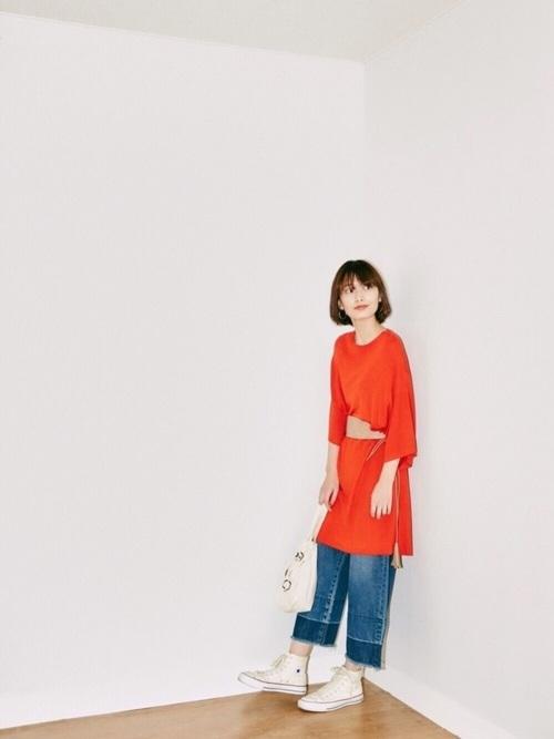 オレンジのロングニットとクロップト丈のワイドデニムのバランスが可愛いですね。裾フリンジとサッシュベルトで今年らしい着こなしに。