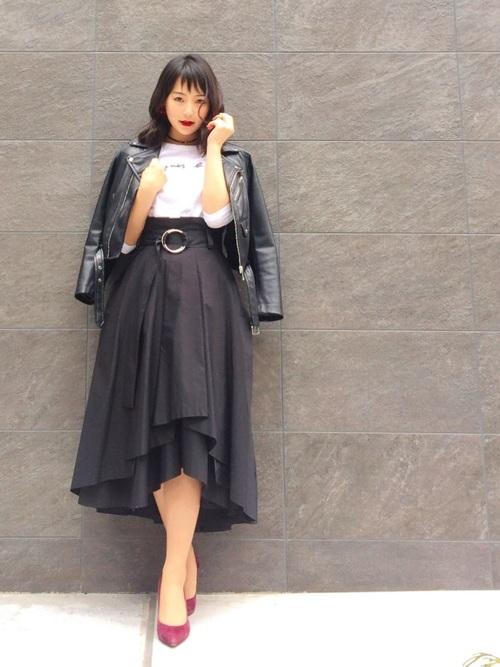 デザインが個性的で少しロックな雰囲気のスカートにカッコ良くライダースジャケットを合わせたお洒落なコーデ!