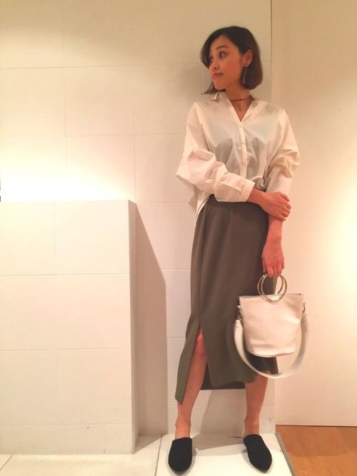 スリットの入ったスカートとの相性もばっちりですね。綺麗めの大人コーデになります。オーバーシャツとのバランスが良く、色味もカーキで落ち着いた印象になるので、派手にならず挑戦しやすいお洒落でレディなスタイルです。