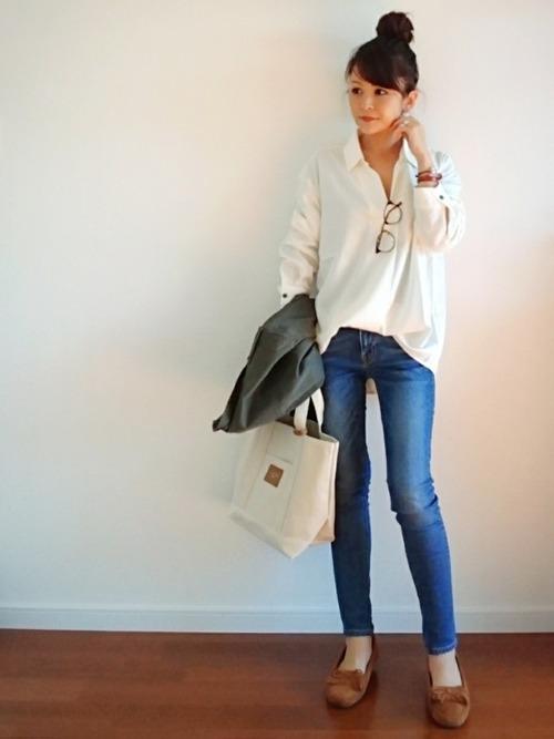 スキッパーシャツは、いい女コーデにぴったりなアイテム♡ナチュラルカラーなデニムパンツと合わせることで春らしい爽やかな着こなしを作っています。