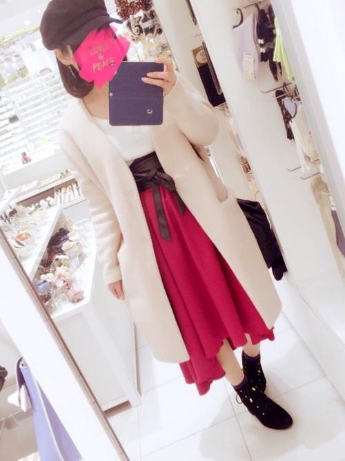鮮やかな色のスカートは、トレンドのフィッシュテールのデザインで適度なボリュームとフレアのふんわり感はフェミニンな印象にしてくれますよ。サッシュベルトをプラスすれば、よりトレンドライクに♪