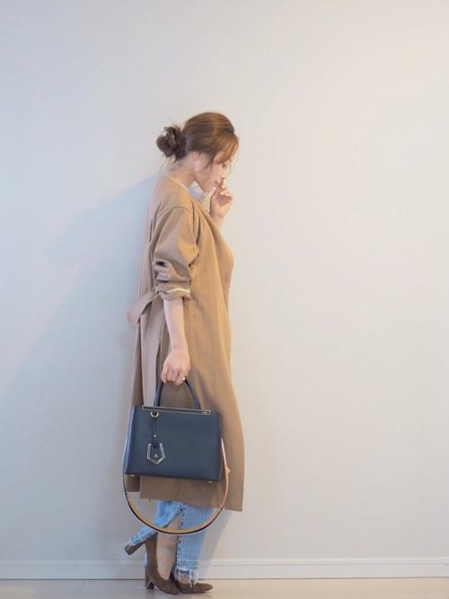 ベージュのコートも丈の長さがポイントですね。袖のまくり方も着こなし上手ですね。デニムの裾にスリットが入っているので軽やかな印象ですね。パンプスも茶色で大人っぽいです。