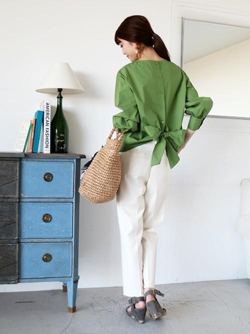 ◆N. Natural Beauty Basic バックリボンタイプライターブラウス 落ち着いたニュアンスのグリーンのブラウスで上半身に視線を集めましょう。ウエストの後ろについたリボンが、気になるヒップラインを程よくカバーしながら、脚を長く見せてくれます。スタイルアップ効果が2つ得られる優秀ブラウスです。