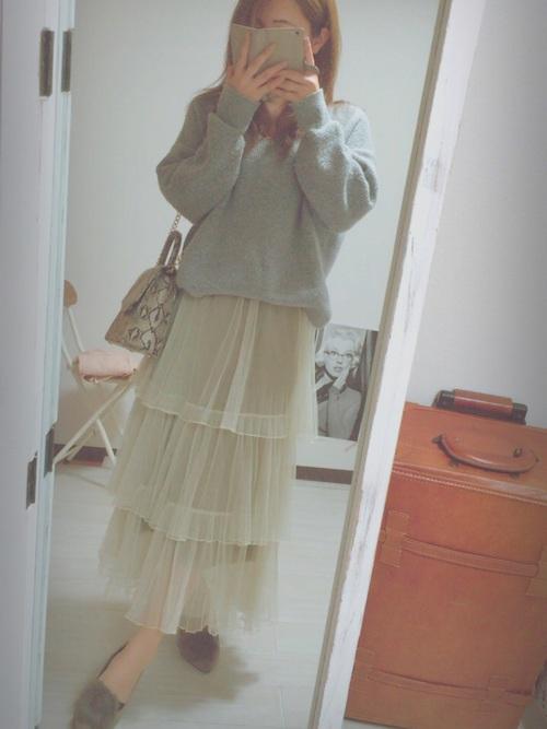 ◆COQULE ティアードスカート  ベージュのチュールティアードスカートをグレーのシンプルなニットとコーディネート。ティアードの割にはボリュームが抑えられたデザインのスカートですから、大人っぽく着こなせます。
