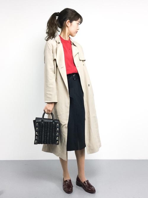ブラックのカゴバッグならモードな印象をプラスしてくれます♪きちんと感のあるタイトスカート×トレンチコートコーデなのでオフィスにもマッチしますね!