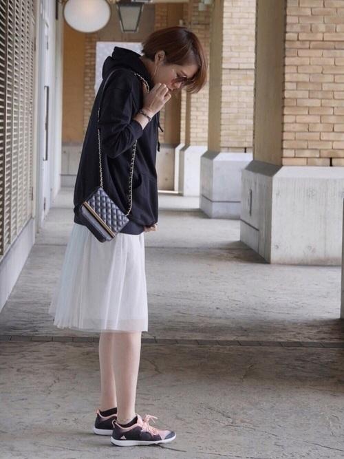 ◆BABYLONE チュールスカート  黒のパーカーにアコーディオンプリーツが入った白の膝丈チュールスカートを合わせたスポーティーなスタイル。スポーツコーデなら、これくらいの丈のチュールスカートも子供っぽくならずに着こなせます。スニーカーのピンクの紐をアクセントに♪