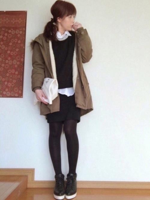 ラフにはくことができるスカートを白シャツとブラックのスウェットのセットアップで裾をちら見せして今年風に。短い丈で脚をきれいに。