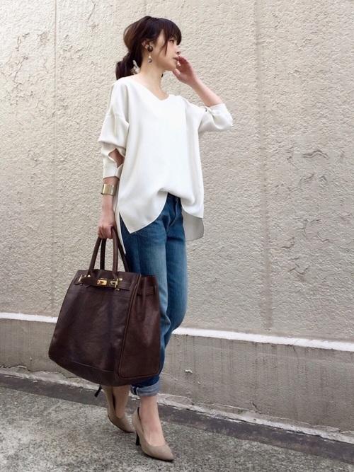 ゆったりとしていてサラッと着られるプルオーバー。ネックラインがきれいに見える1着です。サイドスリットのデザインも素敵ですね。デニムと合わせて爽やかに演出♪