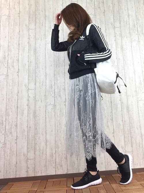 全身ブラックでタイトなスタイルにレースのスカートで女性らしさをプラス。アディダスのトップスはジャストサイズがおすすめ!