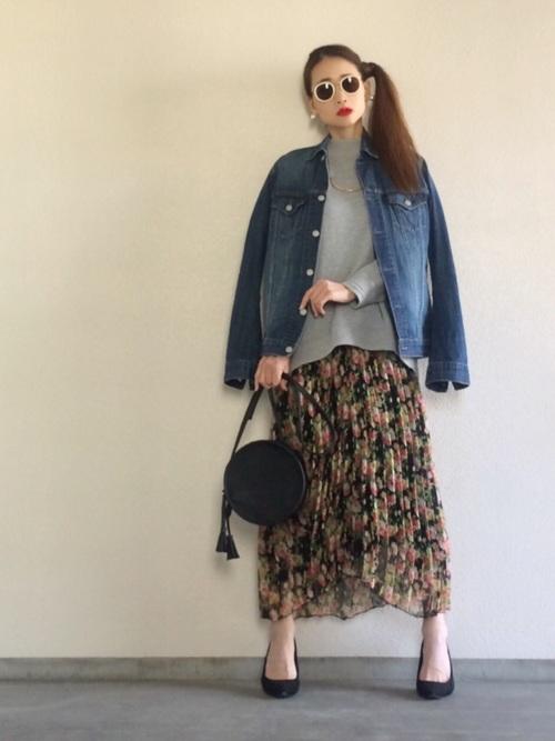 こちらはメンズのMサイズからチョイスされたGジャンです。オーバーサイズの選択肢は意外に広い♪フラワープリントのプリーツスカートにパンプスというスタイルが今年っぽい足元を演出した、女性らしい着こなしです。