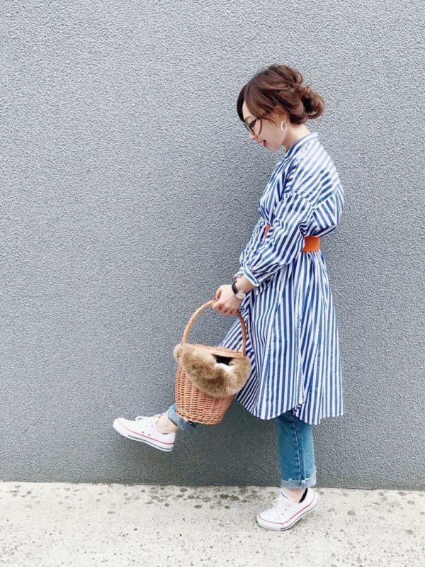 ストライプシャツワンピースを使ったコーデ。清潔感のあるストライプシャツワンピースは、サッシュベルトでアクセントをつけて♪デニムパンツを合わせて、カジュアルスタイルに。ファー付きの籠バッグがポイント。