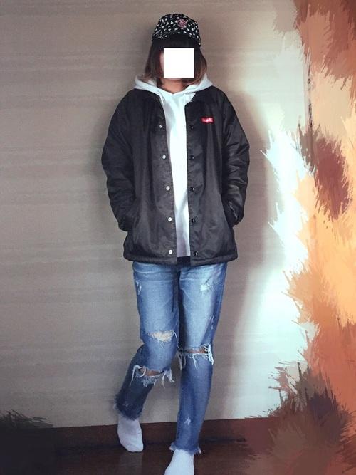 X-girl×BURGER RECORDSのキャップがキュート。黒いコーチジャケットがキャプと同じX-girlだから、なじみがいいですね!コーデによく映えて、なくてはならない存在感があります!