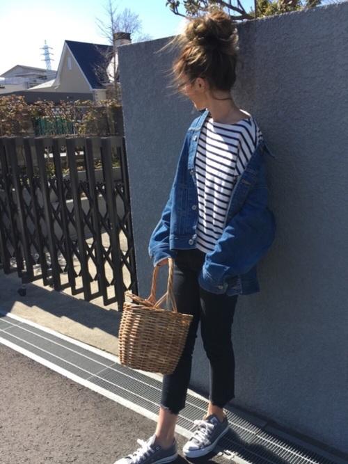 だぼっとメンズライクなデニムジャケットをラフに着こなしてこなれ感のあるコーデを。春カゴバッグはイマドキな印象で、おしゃれさんにぐっと近づきます!