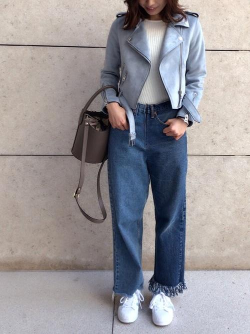 緩いカットオフしたジーンズにハードな感じのライダースジャケットを合わせた、アンバランスな感じがお洒落なコーデ!