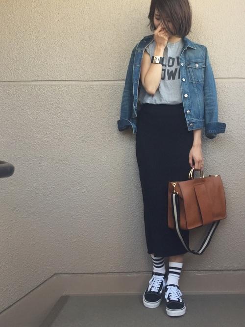 Tシャツと合わせたラフなコーディネートも、リブスカートならだらしない印象になりません。スニーカーにスポーティーなソックスを合わせて、足元にポイントを。