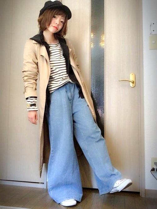 裾の幅が広くなっているワイドデニムが女性らしい印象になります。キャスケットやスニーカーを合わせた甘すぎないラフなスタイル。