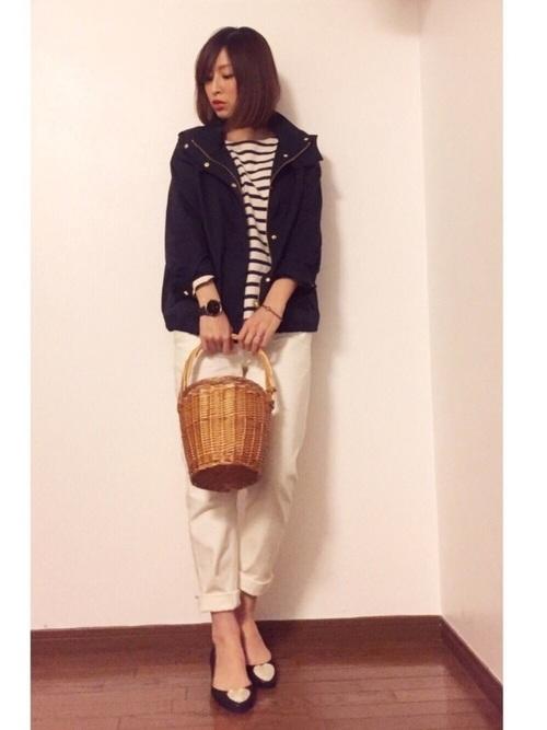 ストロー素材のバッグや帽子もマリンコーデと相性のいいアイテム。こちらはバケツ型のかごバッグでトレンド感のある春マリンに。