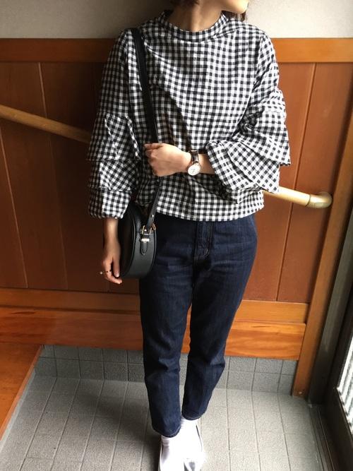 ◆ギンガムチェックトップス ¥4,990  スタンドネックと3重になった袖のフレアが特徴のギンガムチェックブラウス。今季はこれくらいのモリ袖がトレンド。トップスにボリュームがある分、ボトムスはタイトなラインのものがよく合います。足元はソックス+シルバーのバレエシューズです。