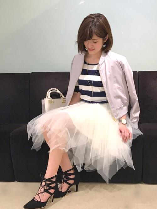 ◆31 Sons de mode ランダムヘムチュールスカート  ランダムにカットされた裾がポイントのホワイトチュールスカートを、白のMA-1ジャケットに合わせた甘辛スタイル。MA-1ジャケットも白ならきれいめに着こなせます♪インナーにボーダーTを選んでカジュアルダウン。足元のレースアップシューズがステキ♡