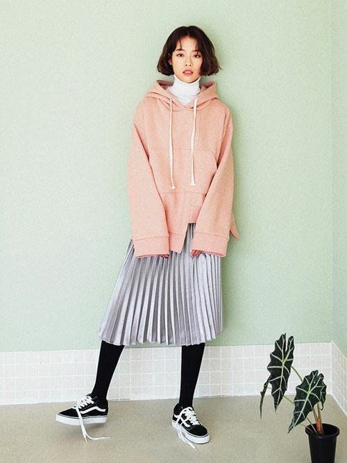 スモーキーピンクがガーリーに、プリーツスカートでフェミニンに。シルバーのスカートが淡いカラーのトップスにスパイスを加えています。