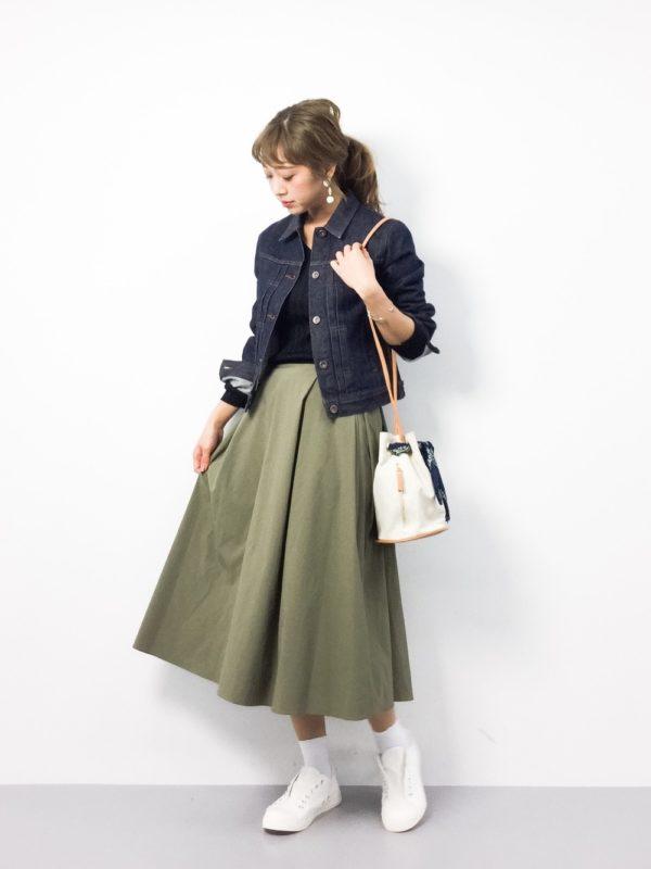 カーキーカラーのスカートを使ったコーデ。ひざ下丈のフレアスカートが、カーキーカラーでワイルドな雰囲気に!デニムジャケットと合わせて、カジュアルスタイルに仕上げています。足元をホワイトカラーにすることで、軽くなっていますね。
