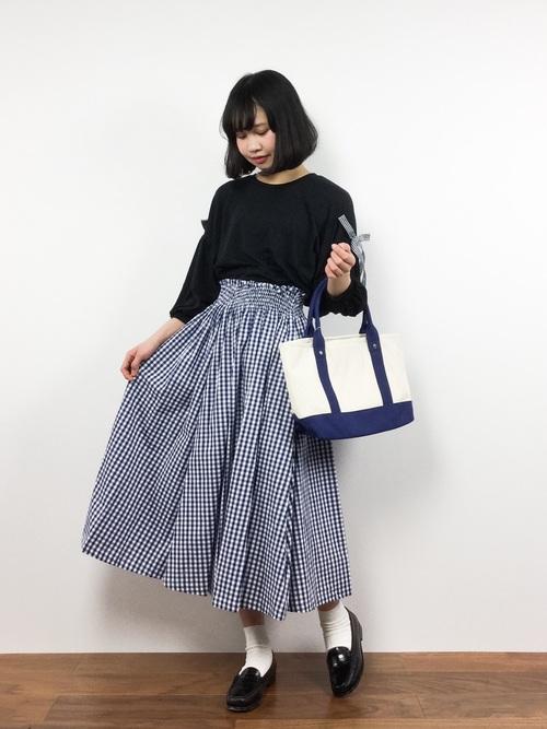 今年流行のハイウエストなロングスカート。大人ガーリーに仕上げるには、トップスに黒を持ってきたり、ローヒールパンプスもいいかも。