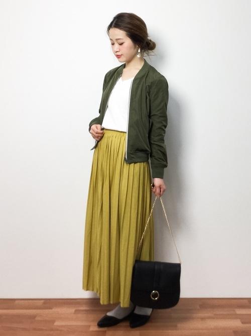 プリーツがきれいなロングスカートは1枚でコーデが華やかになり春らしくなるアイテム。グレーのタイツはイエローと好相性なのでぜひ組み合わせて。
