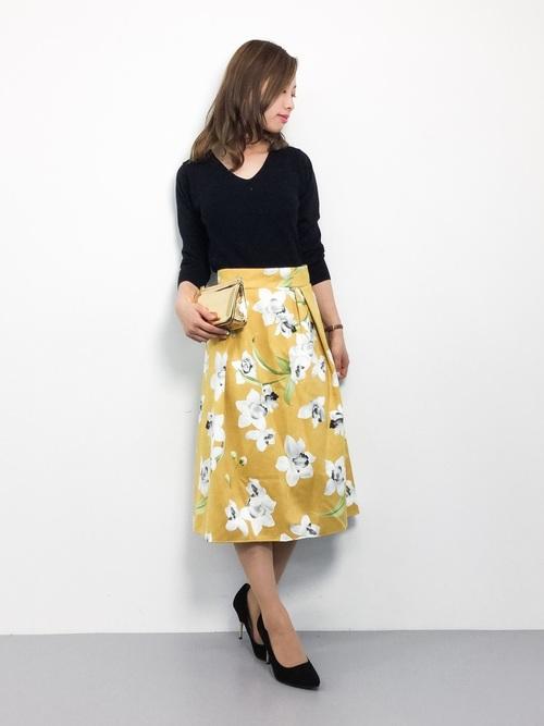 花柄のスカートをシンプルに着こなしたフェミニンなスタイル。ウエストインすることで下半身が細く長く見えます。オフィスにもOKなスタイルです。