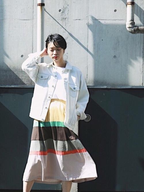 ジャケットはワンサイズ上を選ぶのが今年風。配色がキレイなマルチボーダーのスカートを引き立たせます。