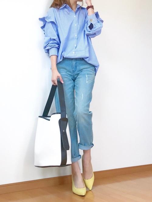 ◆フリルシャツ ¥5,990  袖と肩の切替部分にフリルがついたストライプシャツ。メンズライクなストライプシャツが、肩のフリルで一気にフェミニンになります。ZARAのトップスはどれも1枚で主役級ですから、あとはシンプルなコーディネートでOK♪バッグや靴はアクセサリー感覚で選んで。