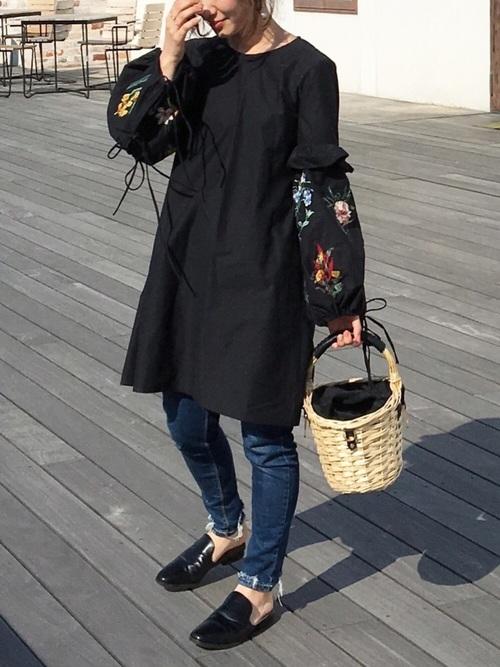 ◆袖刺繍ディティール入りワンピース  ¥6,990  ブラックのバルーンスリーブ部分に精密なフラワー刺繍が施されたチュニックワンピース。袖にはフリルがあり、袖口は紐で調節するタイプです。スキニーデニムに重ねたコーディネート。バブーシュとかごバッグでトレンドを取り入れて♪