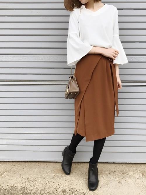 実はこちらのブラウスとスカートもセットアップとして販売されています!トップスもスカートもデザイン性が高く、単品でのコーディネートも楽しめそうですね♪他にもニット&プリーツスカートなど、今シーズンは様々なタイプのニットアップが出ています。