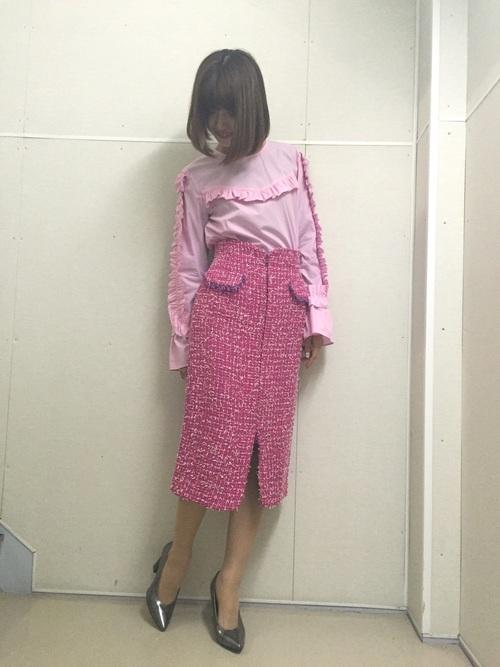 ◆袖フリル付きトップス ¥5,990  袖、胸、背中にもフリルがついたピンクのブラウス。袖はキャンディスリーブになっています。同色系のツイードタイトスカートを合わせた春らしいきれいめコーディネート。甘さを極めたブラウスはブルーデニムにもよく合いそうです。