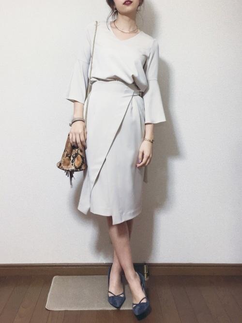 コンサバなきれい目スタイルにも、さりげなく袖にポイントがきています。とことん女性らしいセットアップは細かいところまでデザインが凝っていますね。