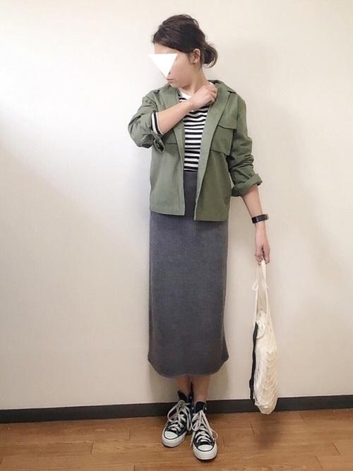 イケメンカラーなカーキをジャケットに使えば、スカートでもカッコイイ女コーデが出来上がります♪足元はあえてスニーカーで外してこなれた着こなしを。