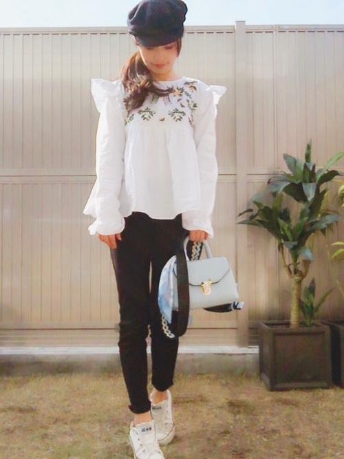 ◆フラワー刺繍シャツ ¥4,990  肩と袖口にフリルがあしらわれたボタニカル刺繍ブラウス。胸の切替からスモックのように下にいくにしたがってふんわり広がります。細身のブラックパンツに合わせてコントラストを楽しむコーディネート。キャスケットもZARAのもの。