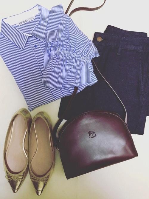 ◆クロップドストライプシャツ ¥4,990  クロップド丈のストライプシャツの袖の途中から、バルーンのようなパフスリーブになっています。シャツタイプはボリュームが抑えてあるから、ネイビーのワイドパンツとも好相性。足元はやはりバレエシューズが春らしいコーディネートにしてくれます。