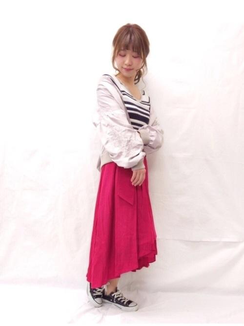 ビビットピンクのヘムスカートが女性らしく、その他のアイテムをカジュアルにしてバランスがGOODです。