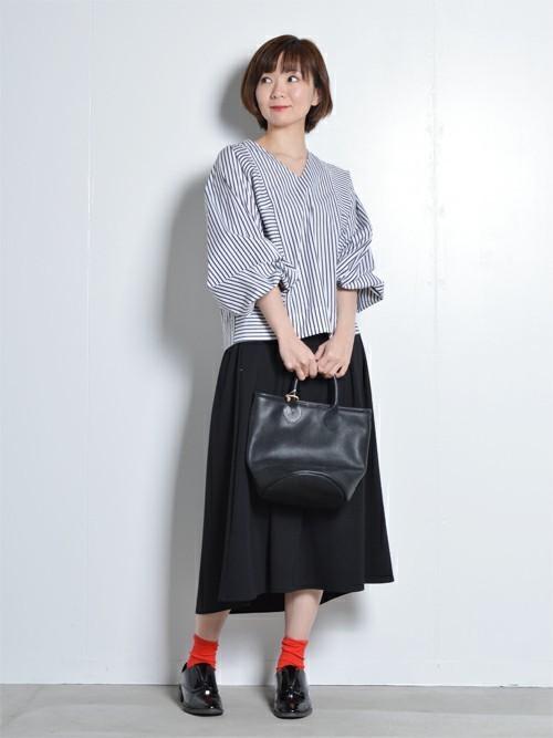 ベーシックなストライプのシャツとプリーツスカートでは女学生っぽくなってしまいがちですが、写真のようなブラウスを合わせれば、きちんとしつつもこなれたスタイルに。