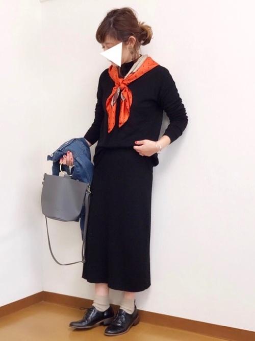 ブラックのニットスカートにブラックニットトップスを使ってセットアップのように着こなして♪季節感が足りないので、スカーフで春らしく爽やかに。
