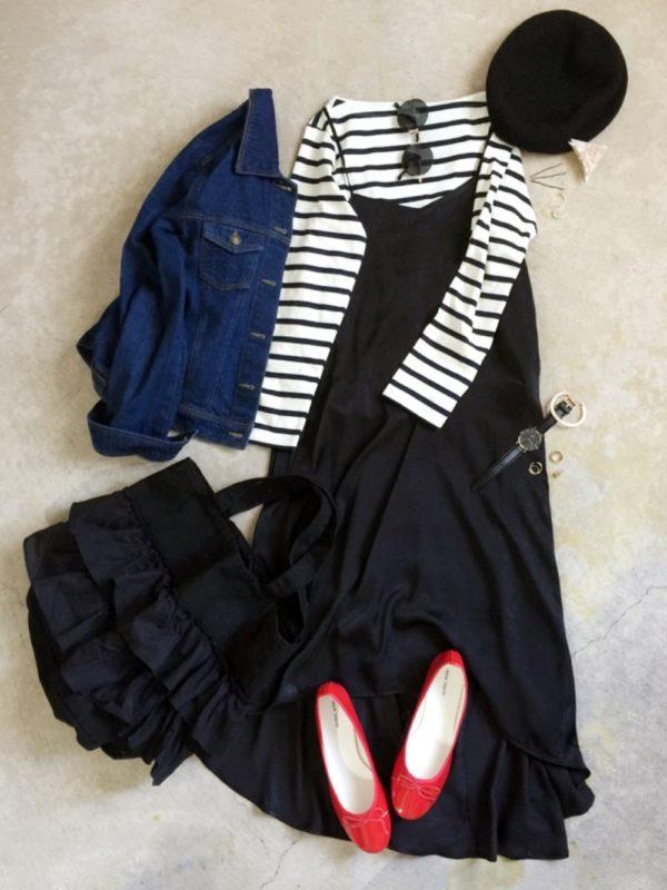 大人カジュアルコーデ。ボーダーカットソーに、ブラックカラーのキャミワンピを合わせてデニムジャケットを羽織れば、お洒落に♪赤いバレエシューズがアクセントになって、パリジェンヌのような雰囲気が素敵です。