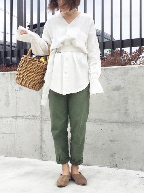 2017年春夏は白シャツとベイカーパンツの組み合わせは、週一で着たいくらいの鉄板コーデですね。白シャツの袖も長すぎるくらいがこなれ感が出ています。スリッパシューズがとても雰囲気に合っています。