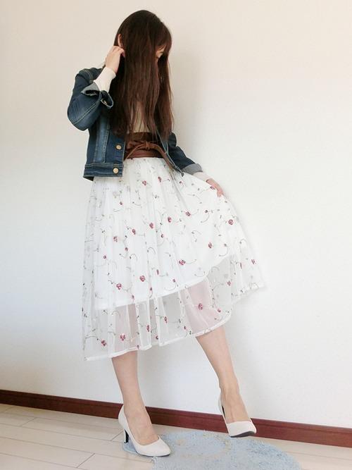 柄物スカートとして刺繍を選んでみるのもGOOD!一般的なプリント総柄よりも優しい雰囲気がありますね。