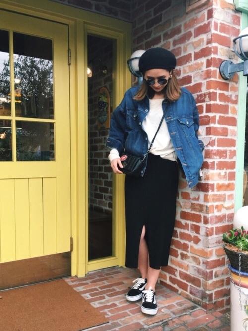 帽子やサングラスなど小物をうまく使ったコーディネート。小物をすべて黒でまとめることでスカートとの統一感が出てすっきりと見せています。