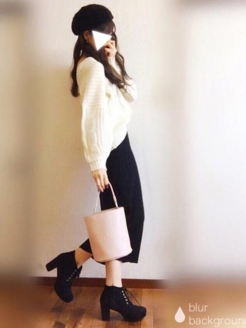 ブラックのタイトスカートにホワイトニットを合わせれば簡単におしゃれが決まります♪ニットをスカートにインすることで、脚長効果もUPしてスタイルがよく見えますよね♡ヌーディなベージュカラーのバッグは大人っぽさもUPしてくれます。