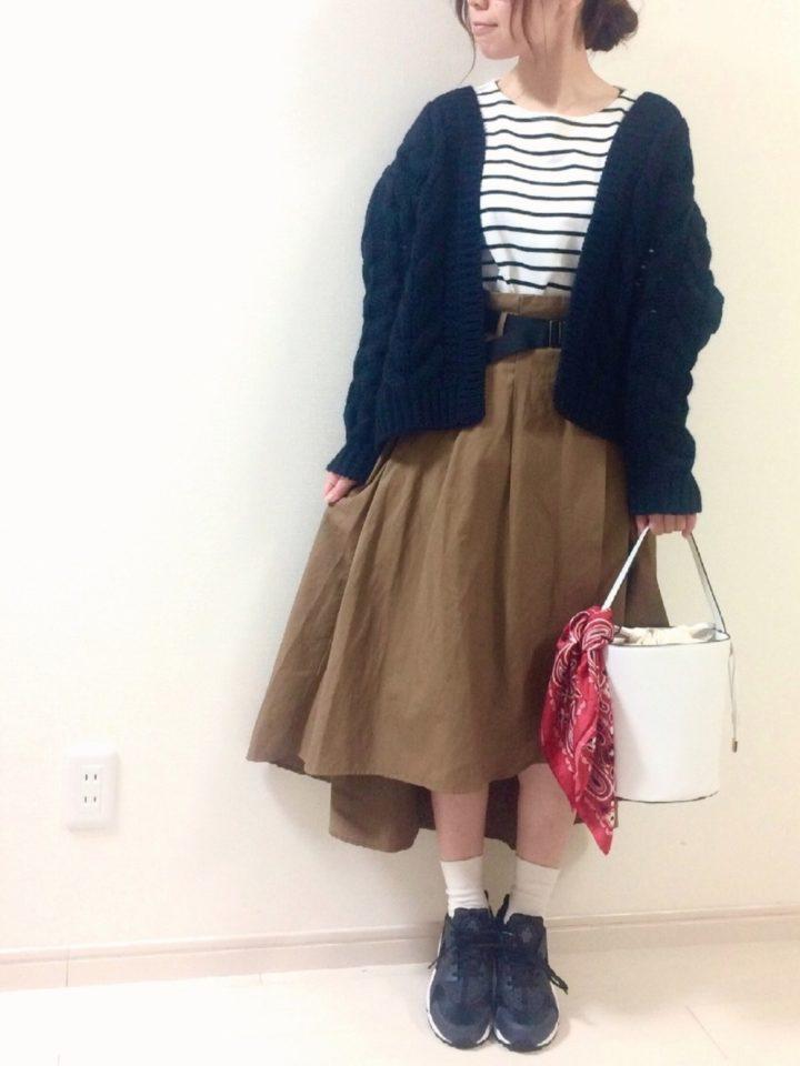 後ろが長くなったスカートに、ケーブルニットのカーディガンを合わせて。ふわもこなシルエットが可愛いですね。
