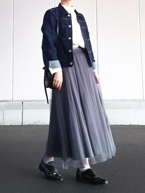 ◆Ray BEAMS チュールギャザー ロングスカート  白のボトルネックトップスにきれいめのデニムジャケットを羽織って、ロングチュールのグレーのスカートをコーディネート。ブルーデニムとグレーは相性がいいですから、ダメージ加工のジャケットにも合わせられます。インスタイルできれいめに♪